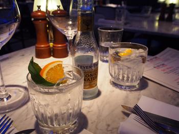 「スターリングジン」に、オレンジとバジルを付け合わせた「スターリング ジントニック」。ジンに使われている食材に合うガーニッシュを添えることで、クラフトジンの香りと個性が一層高まる