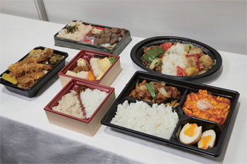 弁当は日替わりで、各曜日で異なる近隣飲食店の弁当を注文できる。現在、1日20個を上限としているが、販売数は随時、見直していく予定