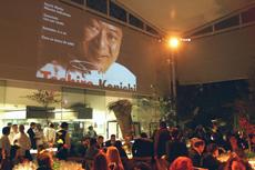 ペルーの財界人や著名人、日系企業の駐在員などで埋め尽くされた会場。スクリーンには、1974年にペルーの地を踏み、2016年4月に63歳で逝去した小西氏の功績をまとめた映像が流された