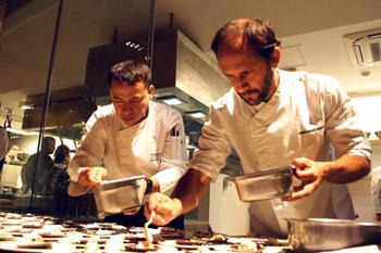 小西氏が息子のように可愛がったというペドロ・ミゲル・スキアフィーノ氏(右)と、小西氏の後継者であるサンティーニ・デ・ロス・サントス氏(左)。小西氏の哲学を受け継いだ料理を披露した