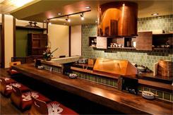 磨き上げた赤銅が輝く一番人気のカウンター席。目の前で揚げた天ぷらを食べられる