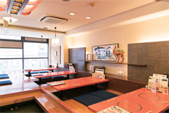 掘りごたつ席やテーブル席などの席種が豊富。落ち着く和のテイストは外国人にも好評