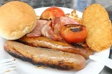 昔ながらの典型的な「ブレッキー」。ソーセージ、ベーコン、ハッシュドポテトなど、オーストラリア人にとってなじみのあるラインナップで、カフェでの一般的な単価は10~15ドル(=約820~1,230円)前後。定番の朝食として、現在も安定した人気を誇る