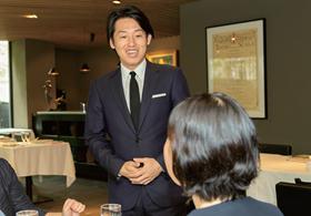 来店客と笑顔で会話をしながら気持ちに寄り添う萩原氏。気配りが行き届いた、それでいて決して堅苦しくないサービスで心をつかむ