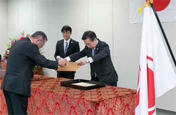 田端長官から賞状を受け取る、ぐるなびの滝久雄。飲食店へのサポートを通じて、訪日外国人観光客の受入環境の整備に貢献した功績が紹介された