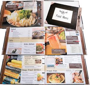 英語のメニューブック。秋田の郷土料理「きりたんぽ鍋」、人気の「しゃぶしゃぶ」などを大きな写真でアピールし、オーダーを促進
