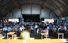 様々なジャンルの食が楽しめるほか、ステージではプロのミュージシャンによる無料の音楽ライブも。会場内の60%、特にテーブル席のほとんどは屋根に覆われているので天候に左右されないのも人気の理由