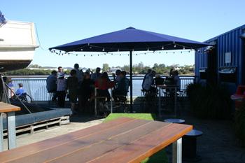 川沿いにあるため、目の前を豪華客船が通り過ぎることも。静かな川沿いの席やライブ観賞用のテーブル席のほか、誕生日会などのパーティに最適な個室なども用意されている