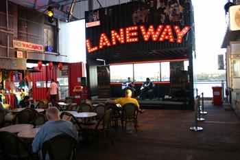 路地や横丁という意味の「Laneway(レーンウェイ)」という名のステージには、ジャズやワールドミュージックのアーティストを中心に一日2~3組が出演。こちらも屋根付きなので、天候に影響を受けずに食事や音楽を楽しめる