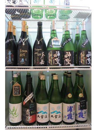 日本酒は、ショーケース(写真)から選んでもらうスタイル。シンガポールでは、やや甘口の銘柄が好評