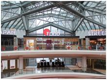 シンガポールの中心的市街地にある大型複合施設「サンテック・シティ・モール」。施設内には国際会議場やショッピングモール、映画館などがあり、ビジネス層や観光客、ファミリーなど幅広い層が行き来する。