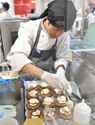ブース内での調理も行われ、できたてを提供。会場には食欲をそそる香りがただよっていた