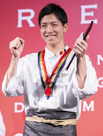 グランプリに輝いた糸井章太氏。満面の笑みでガッツポーズ