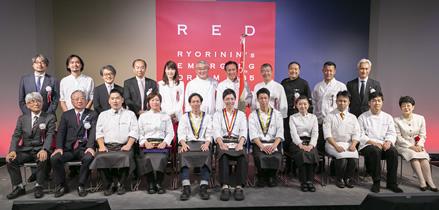 「RED U-35 2018」の審査員団とファイナリストら。前列左端は久保征一郎・株式会社ぐるなび代表取締役社長、右端は岸朝子賞プレゼンターの西澤直子氏