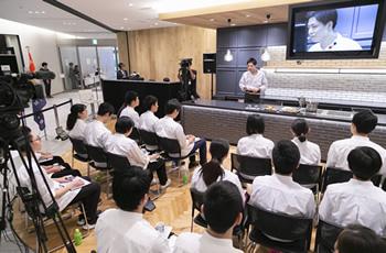 最終審査は「授業をすること」。調理師専門学校の学生らに料理人としての想いを語りかけた