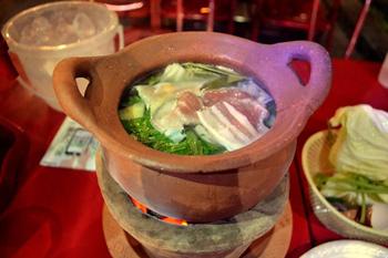 「ムーチュム」(199バーツ=約680円)はタイ東北地方の土鍋料理。直径15センチ程度だがどっしり深みがあり、2~3人前のボリューム。ハーブが効いたスープで豚肉や野菜をじっくり煮込む