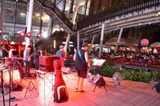中央ステージでのライブ演奏は迫力満点! 有名アーティストのコンサートもたびたび開催され、「プロの音楽ライブが聞ける」ことが集客のフックになっている