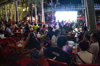 ステージを間近に望む席の人気が高く、特に週末には大盛況。観客が、立ち上がって踊り出すことも