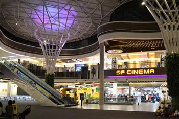 『プロムナーダ・リゾートモール』は、シネマ・コンプレックスなどが入る大型の商業施設。広大な敷地を活かした開放的な空間と斬新なデザインが特徴。屋台村の成功によって、チェンマイのランドマークとしてさらなる成長が期待される