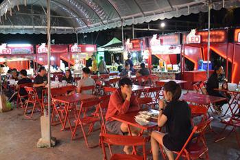 最大65店もの営業が可能な屋台スペース。テーブルやイスだけでなく、屋台もすべて赤で統一され、屋台村としての一体感への徹底したこだわりが見受けられる