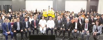 「サステナブル」をキーワードに集まった多彩な講師陣、主催者、関係者(前列)と参加者たち