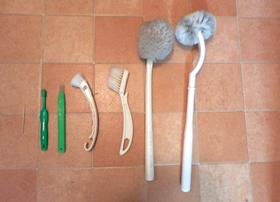 トイレ用のブラシは大小そろえて、場所によって使い分けると便利