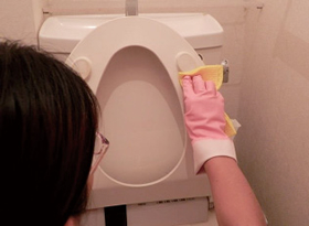 便座の裏は汚れがめだつ。毎日、忘れずに点検し、こまめに拭き掃除を