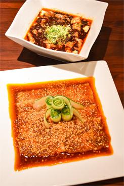 夜の人気のメニューから、前菜の「豚バラ肉のニンニクソース」(734円/写真手前)、「麻婆豆腐」(950円/同奥。ディナーはサービス料5%加算)。昼の「麻婆豆腐定食」は、前菜、ザーサイ、お替り自由のスープとご飯、手作り杏仁豆腐が付いて880円と、お値打ち価格で提供している
