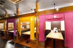 カウンターと、半個室(写真)、個室を備える店内。最大60名まで対応できる座敷席も