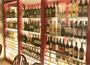 豊富なワインとユニークな料理、使い勝手のよさで人気店に!