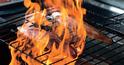 豪快なわら焼きをアピール。地元・茨城の日本酒でも集客